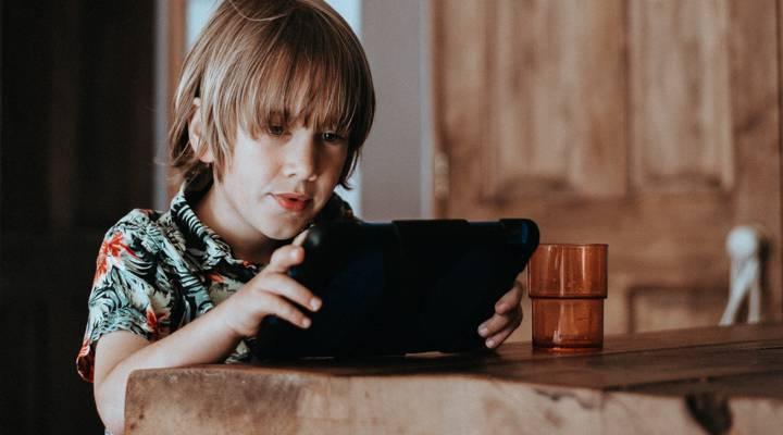 Chico consultando la sección de ayuda en una tablet