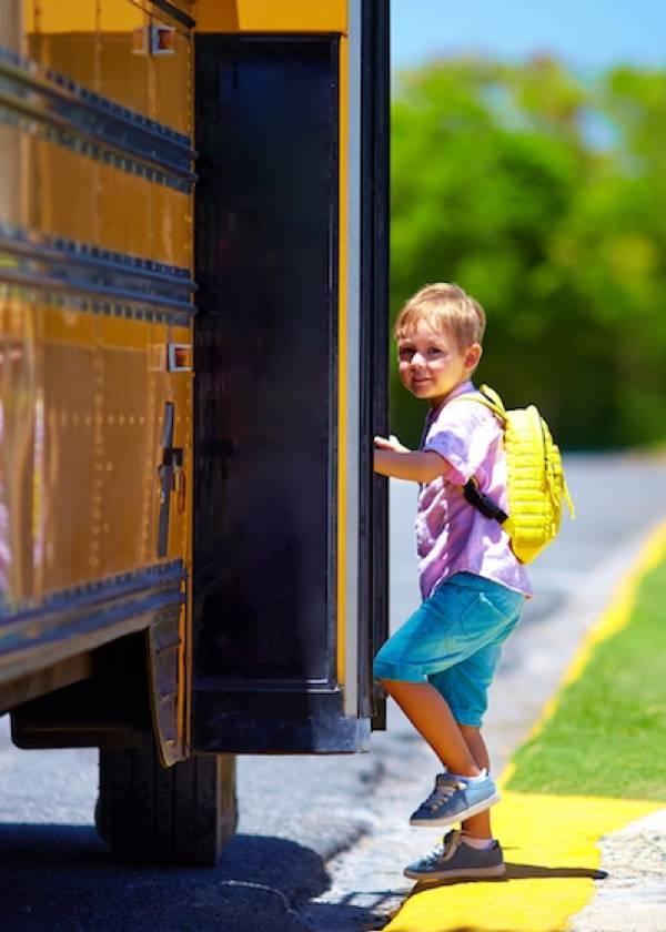 Estudiante subiendo al transporte escolar